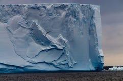 在Anarctic威德尔海的大表格冰山 免版税库存照片