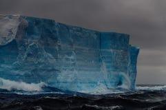 在Anarctic威德尔海的大表格冰山 免版税库存图片