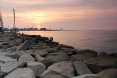 在Ancol海滩的黎明 库存照片