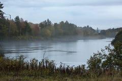 在Androscoggin河的有雾,惨淡的秋天天,新罕布什尔 库存图片