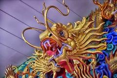 在Anek Kusala Sala Viharn Sien中国寺庙的美好的中国龙雕塑在芭达亚, 库存图片