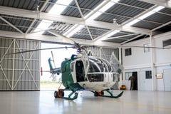 在angar的警察用直升机 免版税库存照片