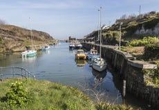 在Anglesey,威尔士,英国的Amlwch口岸在一个晴天 在春天 免版税库存照片