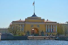 在Angliyskaya堤防的海军部在圣彼德堡,俄罗斯 免版税库存照片