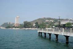 在Angsila海湾,春武里市,泰国的长的跳船 库存照片