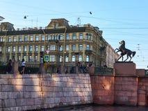 在Anichkov桥梁的古铜色骑马雕塑在圣彼得堡,俄罗斯 库存照片