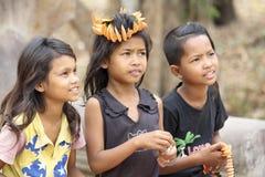 在Ankor Wat,柬埔寨附近的使用的孩子的 免版税库存图片