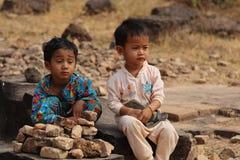 在Ankor Wat,柬埔寨附近的使用的孩子 免版税库存照片
