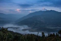 在annapurna范围(喜马拉雅山)的日出从一个小村庄尼泊尔-亚洲 库存图片