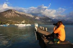 在Annecy湖,欧特萨瓦省,法国的浮船 免版税库存照片