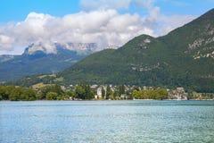 在Annecy's湖,法国的山 免版税库存照片