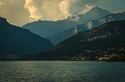 在annone湖lecco北部的意大利附近的阿尔卑斯山 库存图片