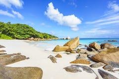 在anse拉齐奥, praslin,塞舌尔群岛的惊人的天堂海滩 免版税库存图片