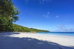 在anse拉齐奥, praslin,塞舌尔群岛32的惊人的天堂海滩 免版税库存照片