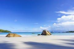 在anse拉齐奥, praslin,塞舌尔群岛55的惊人的天堂海滩 免版税库存图片
