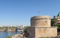 在Antalyas峭壁顶部的罗马Hidirlik塔在土耳其 免版税库存照片
