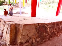 在Anusuiya聚会所,奇特拉科奥特附近的圣洁岩石 库存照片
