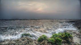 在Anyer海滩万丹省印度尼西亚的波浪 免版税库存图片