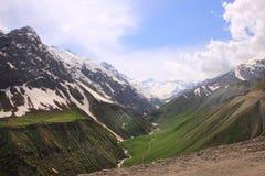 在Anzob通行证和Anzob河在5月,塔吉克斯坦附近的山 免版税图库摄影