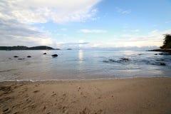 在Ao海滩普吉岛参议员的早晨天空 免版税库存照片