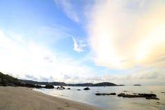 在Ao海滩普吉岛参议员的早晨天空 库存照片