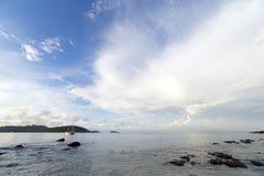 在Ao海滩普吉岛参议员的早晨天空 免版税库存图片