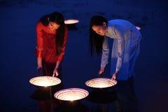 在Ao戴越南传统礼服的妇女` s是在的斑点灯 免版税库存图片