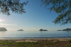 在Ao Manao海滩,班武里府的日出 免版税图库摄影