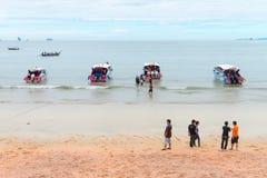 在Ao Nang海滩Krabi的力量小船 免版税库存照片