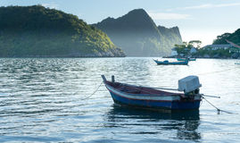 在Ao Prachuap,班武里府的小船 免版税图库摄影