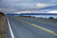 在aoraki - mt的沥青高速公路 厨师国家公园新西兰 免版税图库摄影