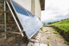 在apline小屋的太阳电池板 库存照片