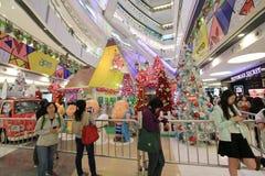 在APM香港的圣诞节爱窥探者装饰 免版税库存图片