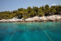 在Aponissos海滩附近的夏令时绿松石透明的水,Agistri海岛,Saronic海湾,希腊 从拍的照片 库存照片