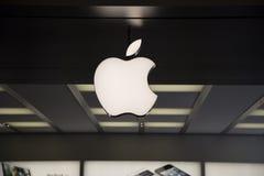 在Apple存储深圳的Apple徽标 免版税库存照片