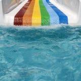 在aquapark的五颜六色的幻灯片在一个晴天 免版税图库摄影