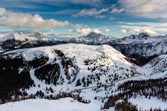 在Arabba附近滑雪胜地的Passo Campolongo谷  图库摄影
