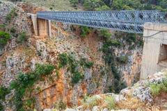 在Aradena峡谷,克利特的著名桁架桥 库存图片