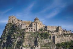 在Aragonese城堡,海岛坐骨,意大利附近的晚上 库存照片