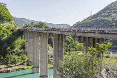 在Aragvi河的桥梁Ananuri的,乔治亚 免版税图库摄影