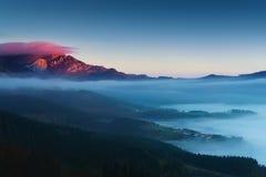 在Aramaio谷的日出与Anboto山 免版税图库摄影
