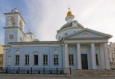 在Arbat街道附近的圣洁假定教会在莫斯科 免版税图库摄影