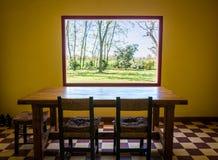在Argintinean乡下房子的窗架。 免版税库存图片