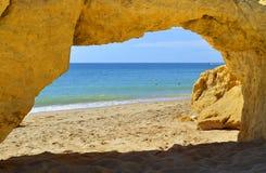 在Armacao De Pera Beach的自然石曲拱 库存图片