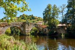 在Arnoia河的中世纪桥梁在阿利亚里斯欧伦塞,西班牙 免版税库存照片