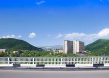 在Arpa河的峡谷的桥梁 Gladzor疗养院、山和蓝天看法  市杰尔穆克,亚美尼亚 免版税库存图片