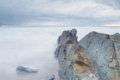在Arrietara海滩,巴斯克地区,西班牙的平静的海景 免版税图库摄影