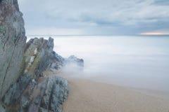 在Arrietara海滩,巴斯克地区,西班牙的平静的海景 免版税库存照片