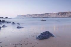 在Arrigunaga海滩,比斯开湾,巴斯克地区,温泉的平静的海景 免版税图库摄影