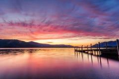 在Ashness跳船在凯西克,湖区,英国的惊人的充满活力的日落 图库摄影